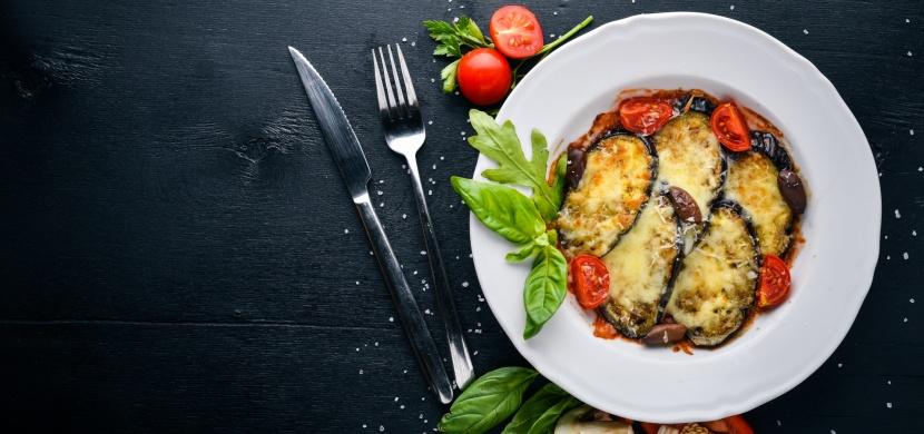 Zapečený lilek s rajčatovou omáčkou a mozzarellou